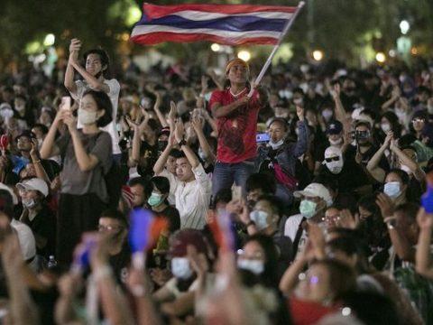 Pemimpin Demonstran Thailand Didakwa Penghinaan Terhadap Monarki